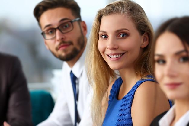 Hermosa chica de empleado sonriente con vestido azul