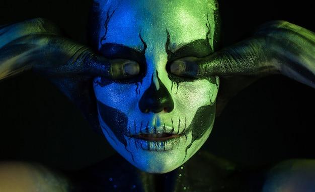 Hermosa chica espeluznante con maquillaje esqueleto