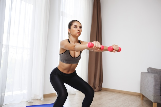 Hermosa chica fitness hacer ejercicios deportivos