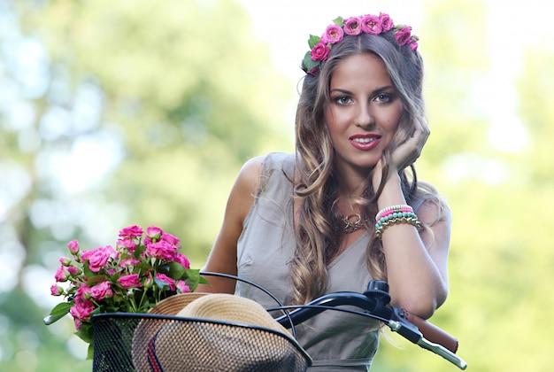 Hermosa chica con flores