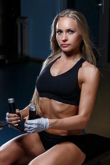 Hermosa chica en el gimnasio