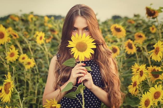 Hermosa chica con girasoles