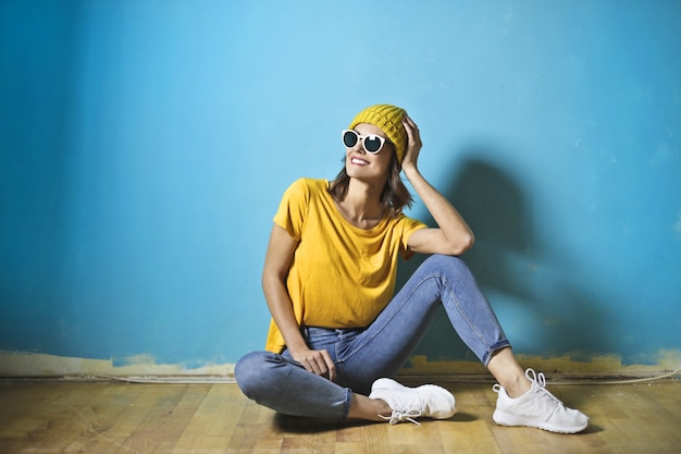 Hermosa chica en una habitación azul