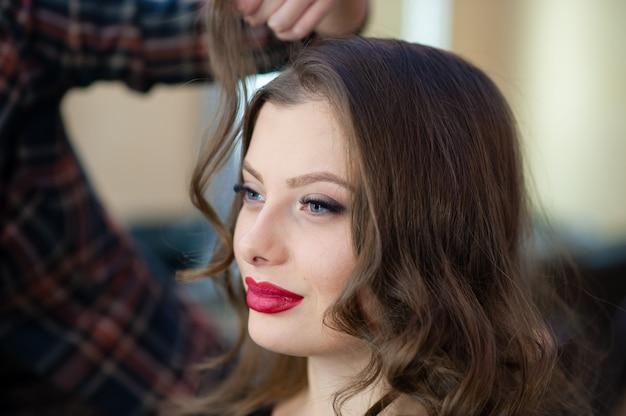 Hermosa chica hacer peinado