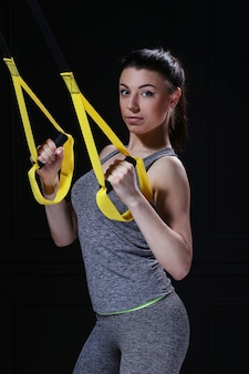 Hermosa chica haciendo ejercicio