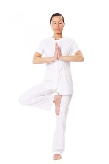 Hermosa chica haciendo ejercicios de yoga