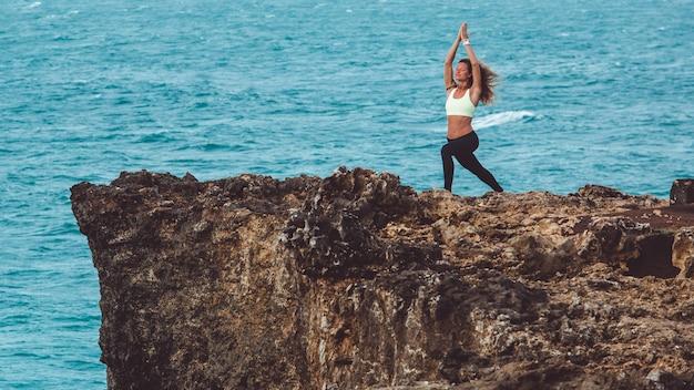 Hermosa chica haciendo yoga