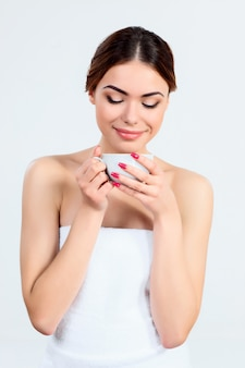 Hermosa chica con hermoso maquillaje, concepto de juventud y cuidado de la piel