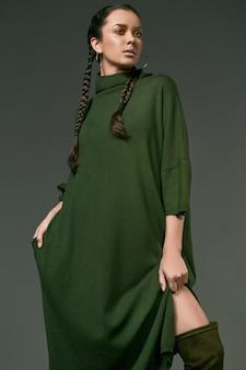 Hermosa chica hispana encantadora en vestido verde largo