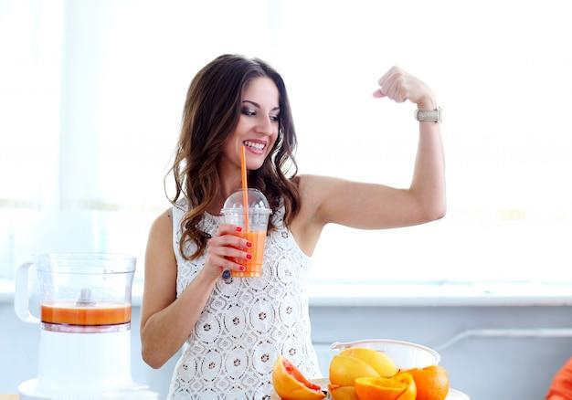 Hermosa chica con jugo de naranja