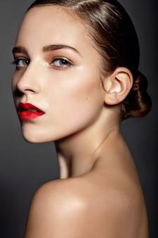 Hermosa chica con labios rojos