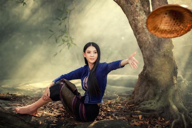 Hermosa chica de laos en traje tradicional de laos, estilo vintage en vientiane, laos.