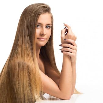 Hermosa chica con largo cabello