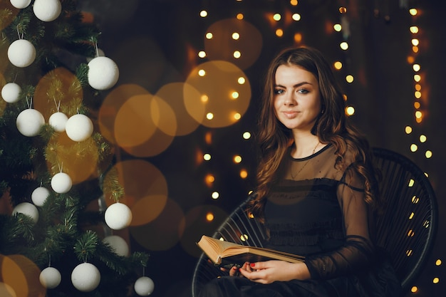 Hermosa chica leyendo un libro