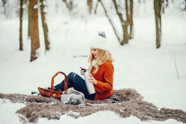 Hermosa chica en un lindo suéter naranja