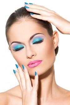 Hermosa chica con maquillaje colorido