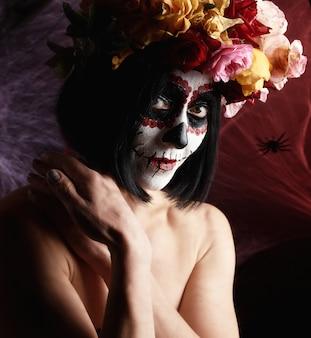 Hermosa chica con máscara de muerte mexicana tradicional. calavera catrina