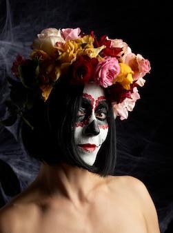 Hermosa chica con máscara de muerte tradicional mexicana
