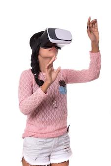 Hermosa chica mirando a través del dispositivo vr. chica joven con casco de gafas de realidad virtual.