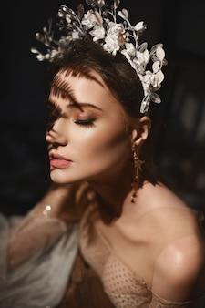 Hermosa chica modelo con maquillaje perfecto y elegantes decoraciones en su peinado retrato de alta costura ...