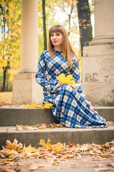 Hermosa chica en otoño de parque