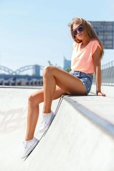 Hermosa chica en pantalones cortos