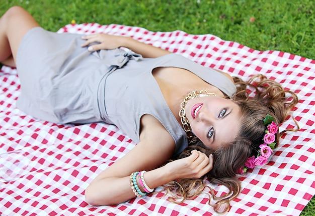 Hermosa chica en un parque