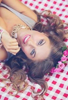 Hermosa chica en parque