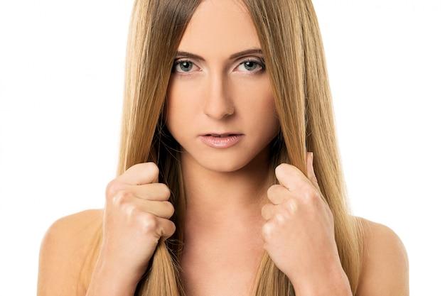 Hermosa chica con el pelo lacio