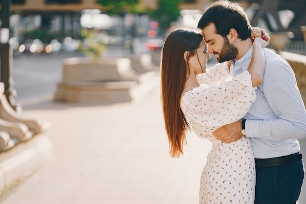 Hermosa chica de pelo largo en verano vestido con su guapo marido