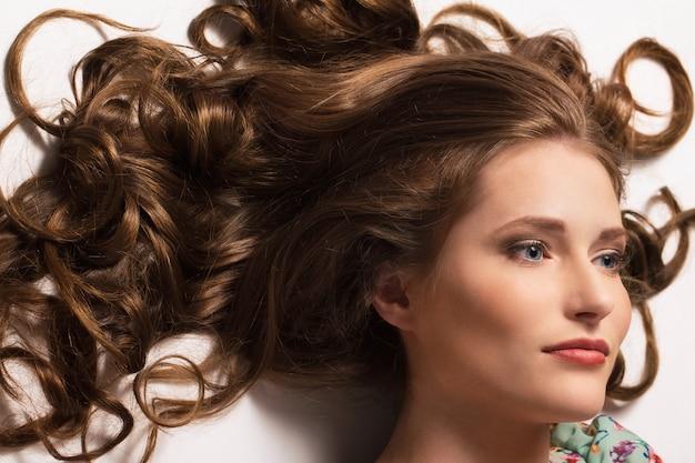Hermosa chica con el pelo rizado