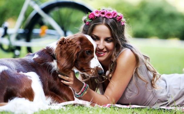 Hermosa chica con un perro