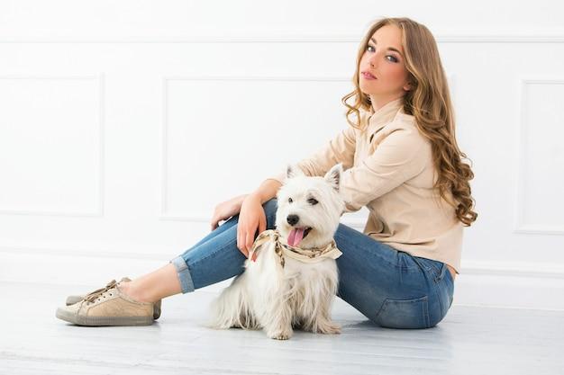 Hermosa chica con perro