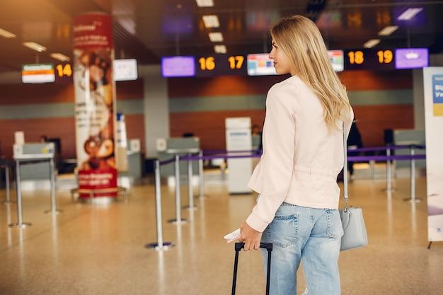 Hermosa chica de pie en el aeropuerto