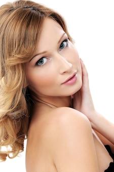 Hermosa chica con piel limpia y perfecta
