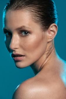 Hermosa chica con piel mojada