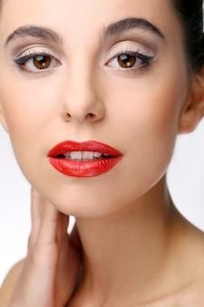 Hermosa chica con piel perfecta y pintalabios rojo