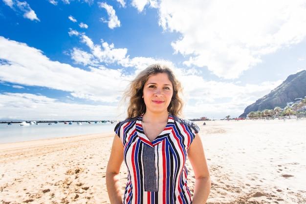 Hermosa chica en la playa mujer sonriente feliz