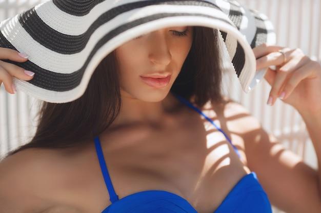Hermosa chica en el playa
