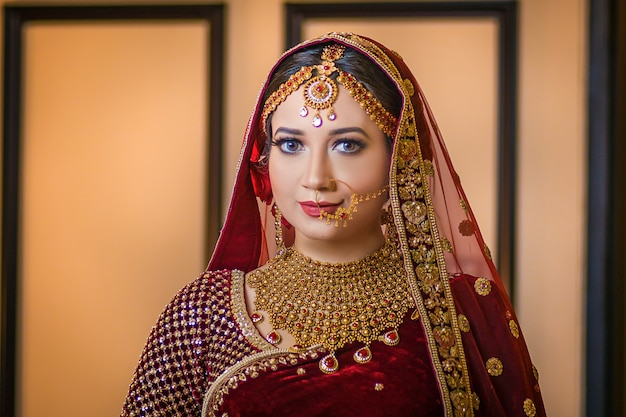 Hermosa chica posando retrato estilo de boda asin