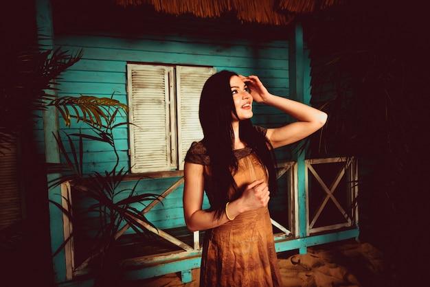 Hermosa chica posando en su casa de verano