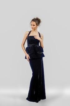 Hermosa chica posando en traje de noche. retrato de cuerpo entero de modelo de moda.