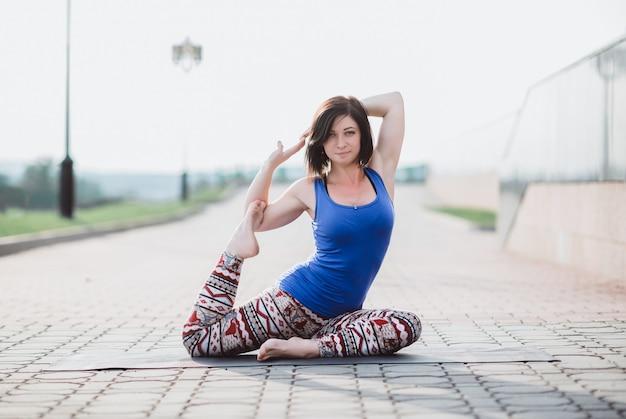 Hermosa chica practicando deportes, entrenamiento de yoga, fitness