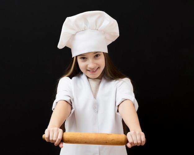 Hermosa chica con rodillo de cocina