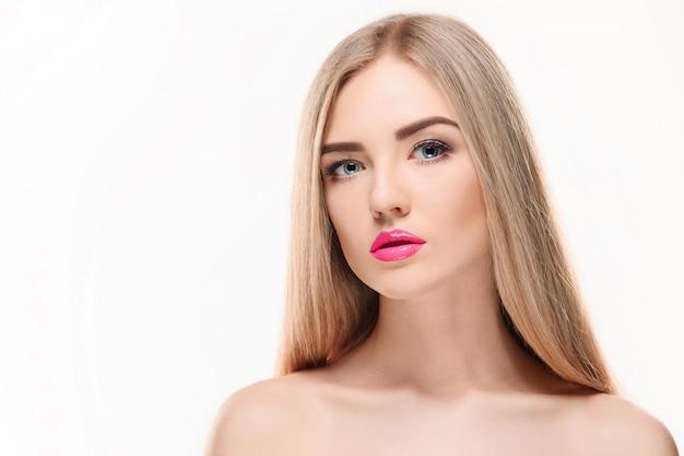 Hermosa chica rubia cabello largo y saludable.