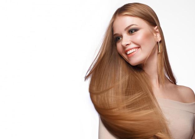 Hermosa chica rubia con un cabello perfectamente liso