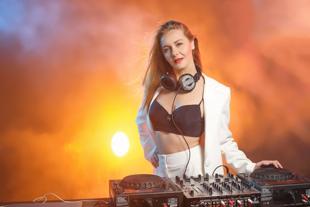 Hermosa chica rubia dj en cubiertas - la fiesta,