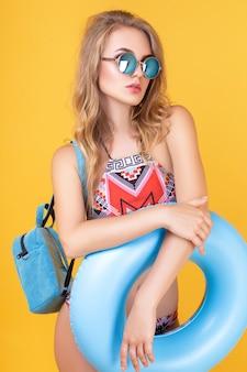 Hermosa chica rubia posando en look de verano