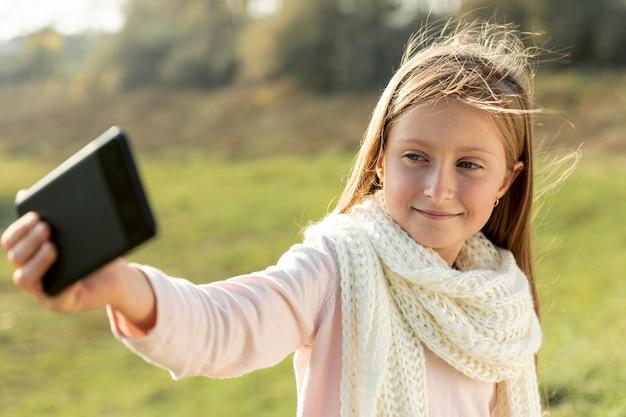 Hermosa chica rubia tomando una selfie