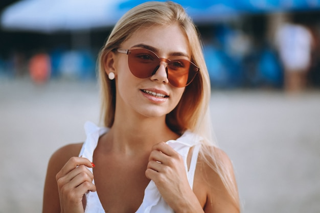 Hermosa chica rubia de vacaciones